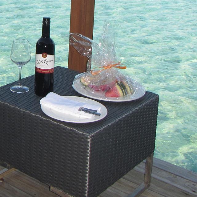 ヴィラメンドゥのリピーターサービスのワインとフルーツ