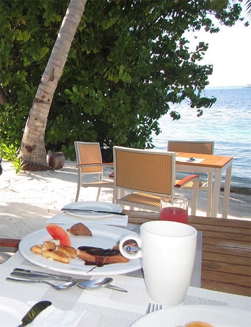ビーチでの朝食